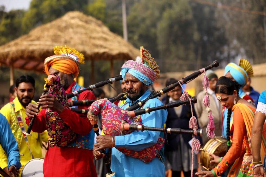 люди в традиционной одежде